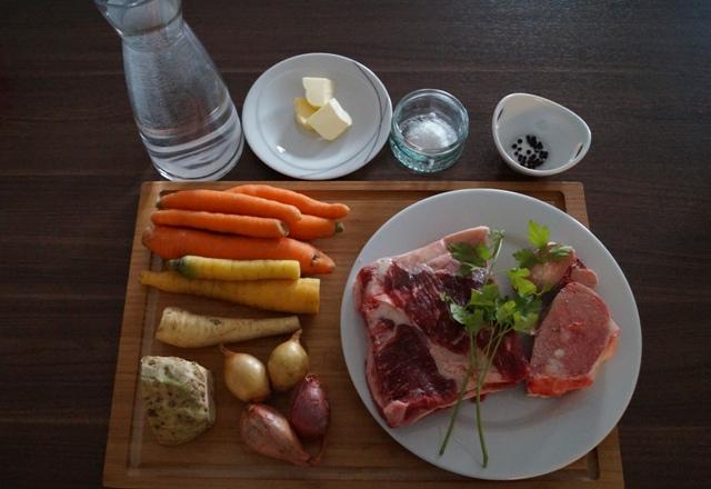 Die Zutaten für die Rindssuppe / Rinderbrühe