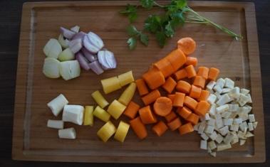 Das Suppengemüse wird grob geschnitten...