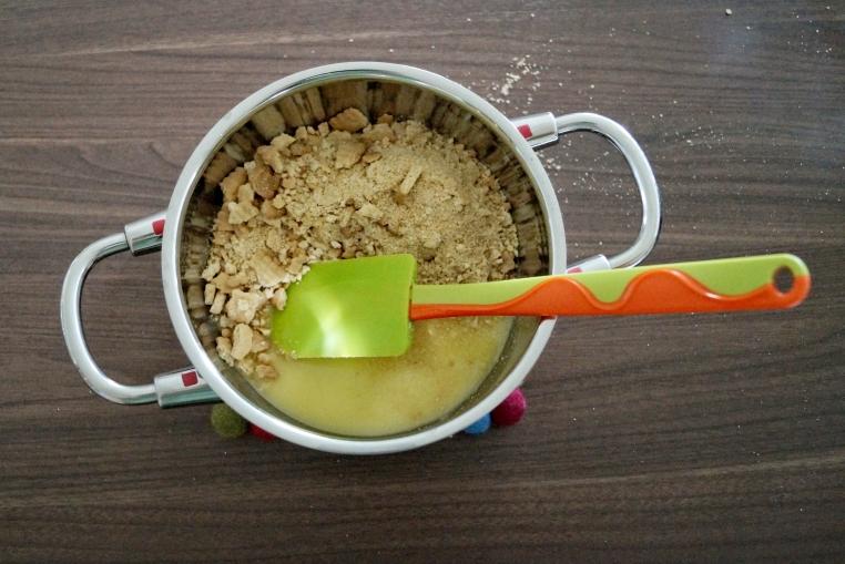 Kekskrümel mit flüssiger Butter mischen