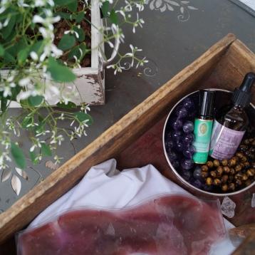 Pfefferminzöl, Lavendelöl, Tigeraugen, Amethysten und eine Kühlmaske