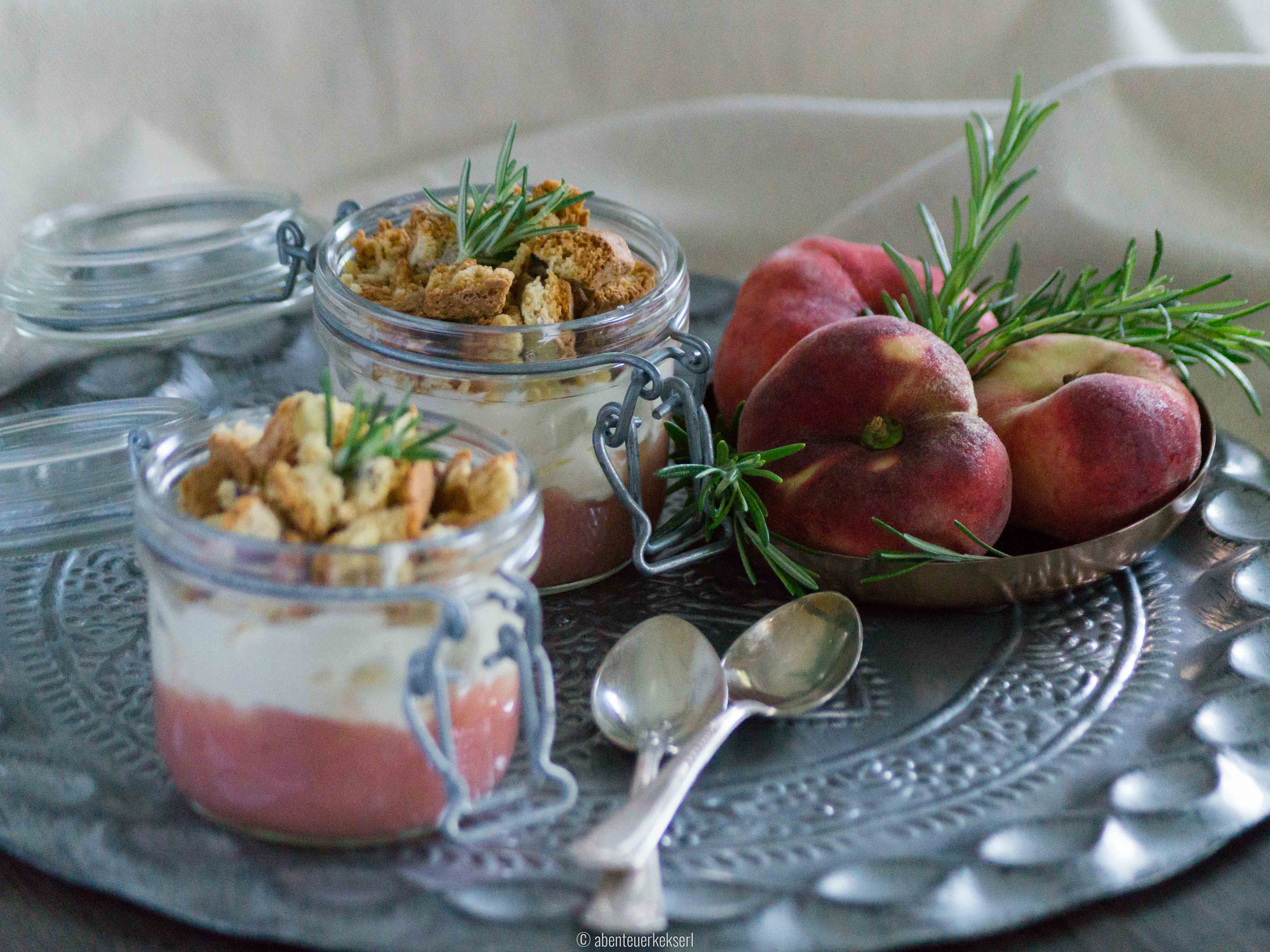 Sommer-Schichtdessert mit Weinbergpfirsich, Rosmarin und Cantuccini