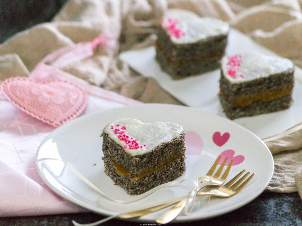 Mohn-Biskuit Herzen mit Marillenmarmelade zum Valentinstag