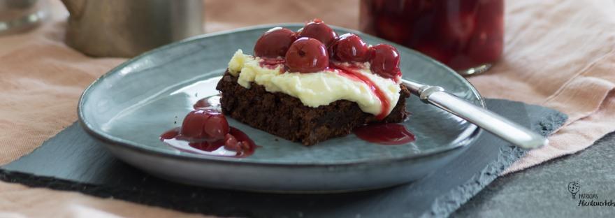 Brownie-Dessert mit weißer Schokoladencreme und Kirschkompott