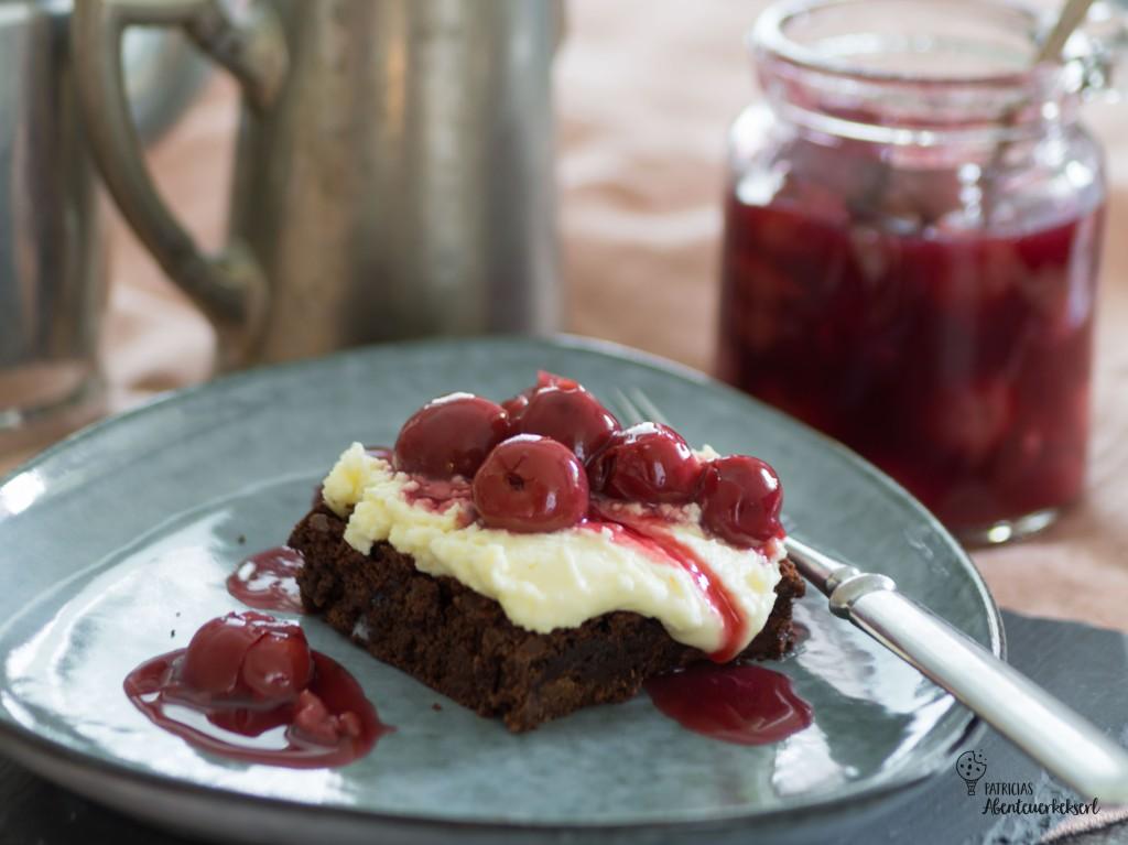 Brownie Dessert mit weißer Schokoladencreme und Kirschkompott